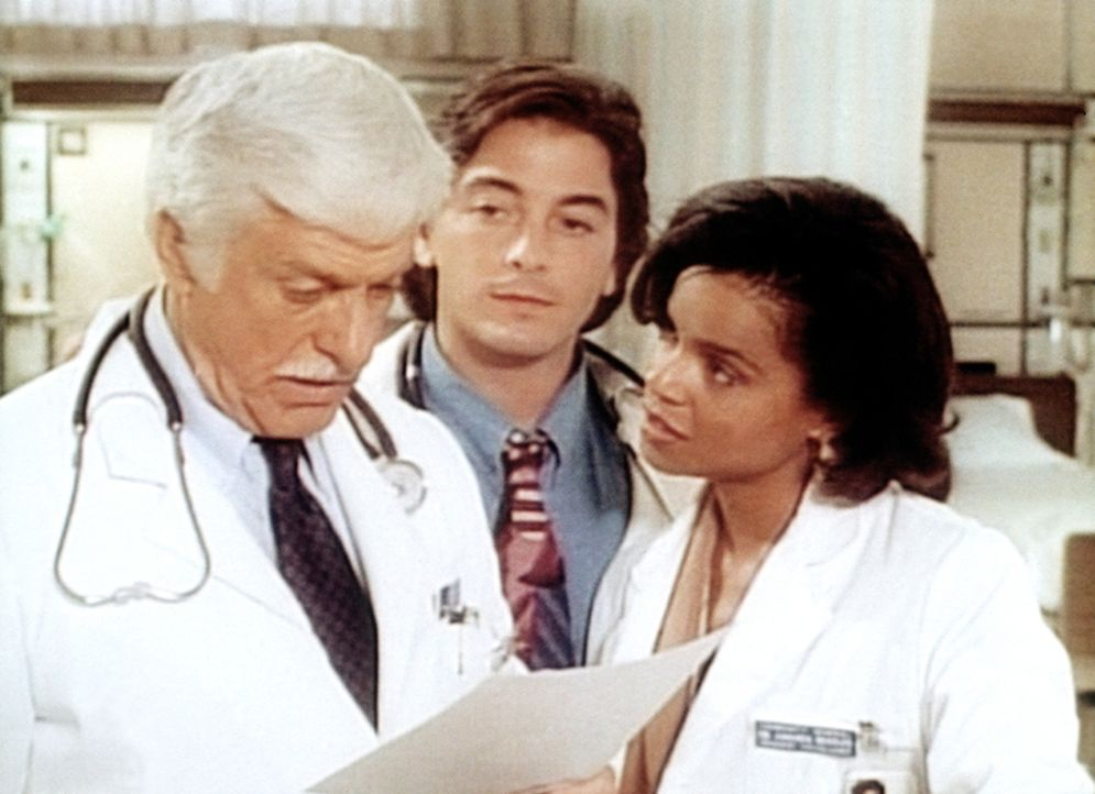 Dr. Sloan (Dick Van Dyke, l.) im Gespräch mit seinen Assistenten Jack (Scott Baio, M.) und Amanda (Victoria Rowell, r.). - Bildquelle: Viacom