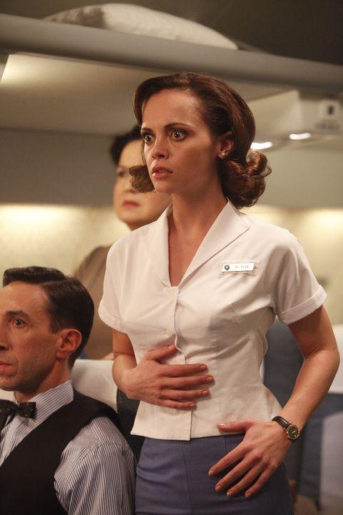 Als Purserette muss Maggie (Christina Ricci, r.) alles tun, um alle an Bord in Sicherheit zu wägen ... - Bildquelle: 2011 Sony Pictures Television Inc.  All Rights Reserved.