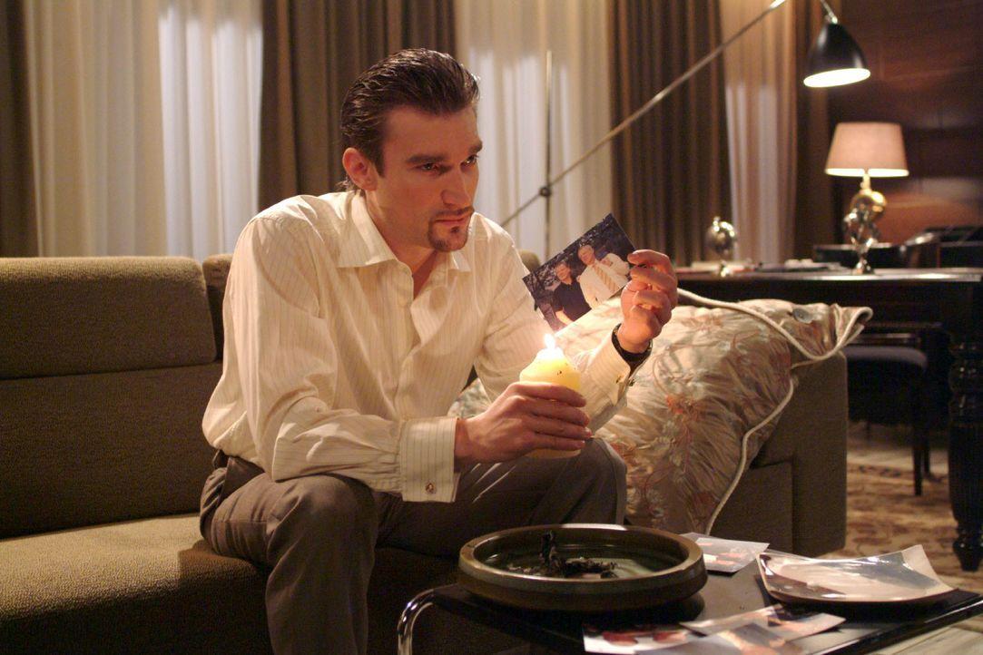Richard (Karim Köster) ist wütend und denkt voller Groll über seinen Vater nach. - Bildquelle: Monika Schürle SAT.1 / Monika Schürle