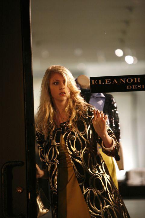 Der Alkohol setzt ihr stark zu: Nach der Aktion im Krankenhaus bricht Jenny (Taylor Momsen) auch noch in eine Boutique ein ... - Bildquelle: Warner Brothers