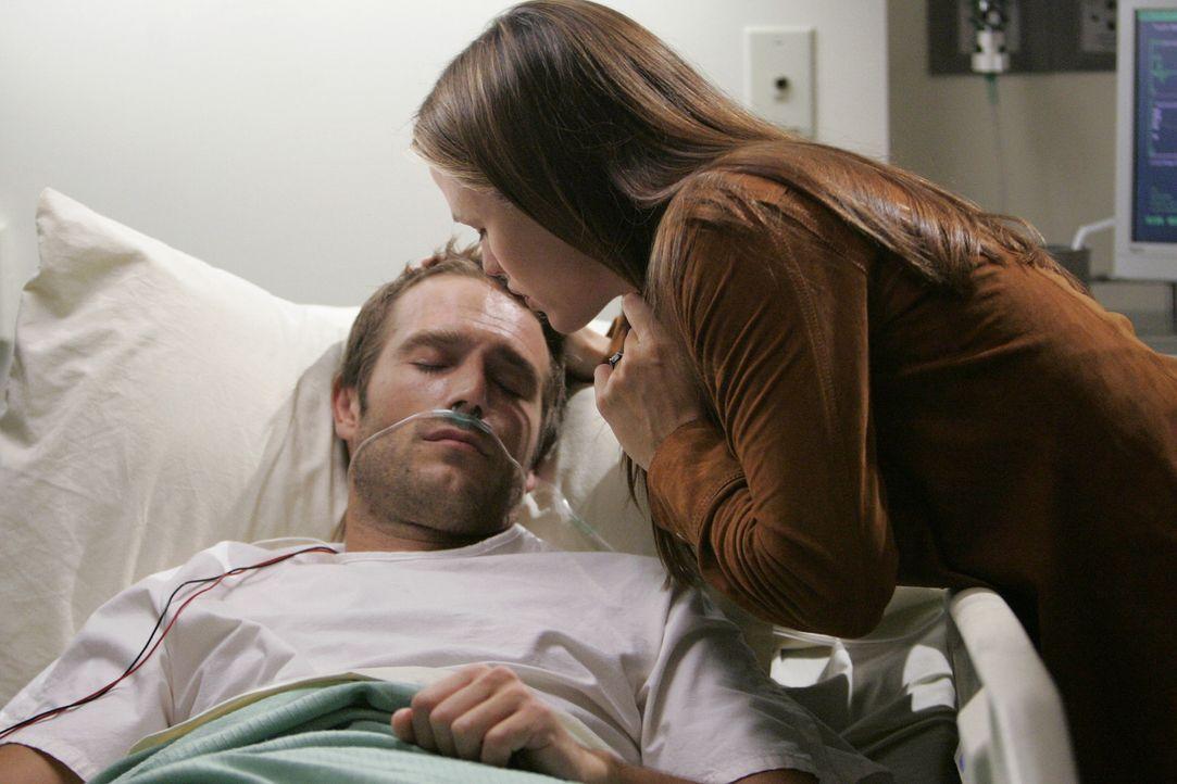 Sydney (Jennifer Garner, r.) macht sich große Sorgen um Vaughn's (Michael Vartan, l.) Gesundheitszustand ... - Bildquelle: Touchstone Television