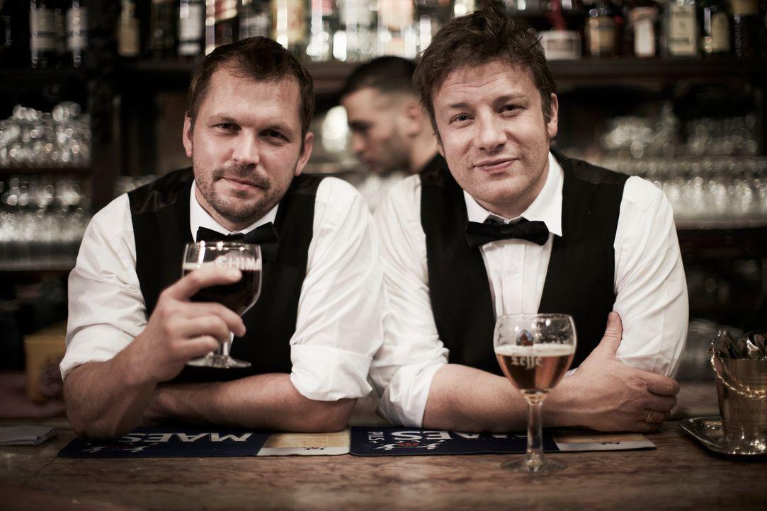 In einer Brauerei in Camden dürfen Jamie (r.) und Jimmy (l.) selber Bier brauen. Ob das so eine gute Idee ist? - Bildquelle: David Loftus David Loftus 2014
