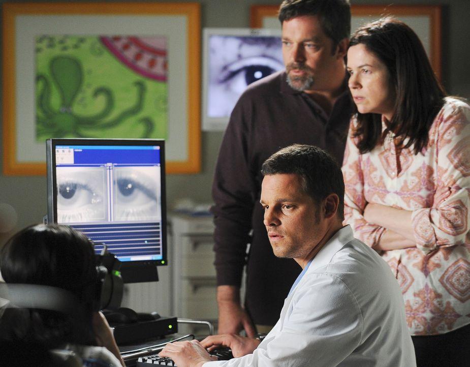 Alex (Justin Chambers, r.) macht einen Test und findet heraus, dass Hayley (Demi Lovato, l.) ein Loch in ihrem Innenohr hat, so dass sie Sinneseindr... - Bildquelle: Touchstone Television