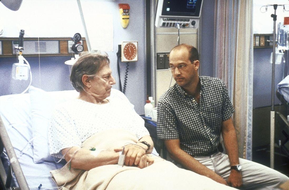 Greene (Anthony Edwards, r.) verbringt seinen freien Tag am Krankenbett seines schwer erkrankten Vaters David (John Culllum, l.). - Bildquelle: TM+  2000 WARNER BROS.