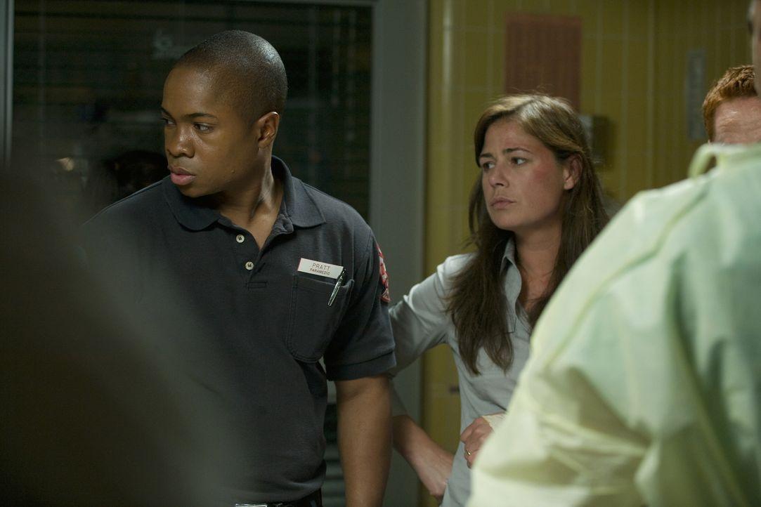 Hoffen, dass Pratt es schafft: Chas (Sam Jones III. l.) und Abby (Maura Tierney, r.) ... - Bildquelle: Warner Bros. Television