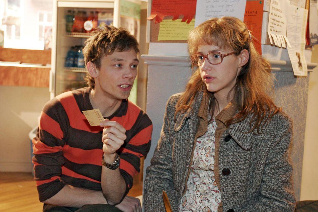"""Lisa (Alexandra Neldel, r.) schüttet Jürgen (Oliver Bokern, l.) ihr Herz aus und ärgert sich, dass sie David versprochen hat, sich """"diskret"""" zu verh... - Bildquelle: Noreen Flynn SAT.1 / Noreen Flynn"""