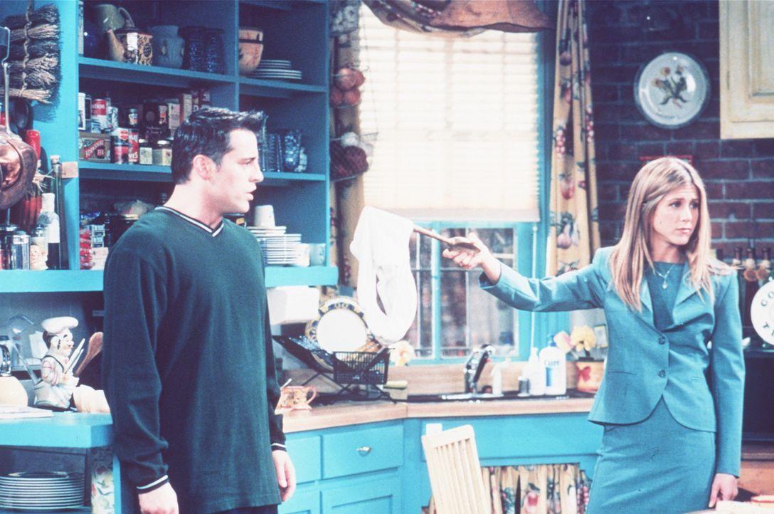 Joey (Matt LeBlanc, l.) ist nach wie vor der Einzige, der von der Beziehung von Monica und Chandler weiß. Wieder muss er die beiden vor Rachel (Jen... - Bildquelle: TM+  2000 WARNER BROS.