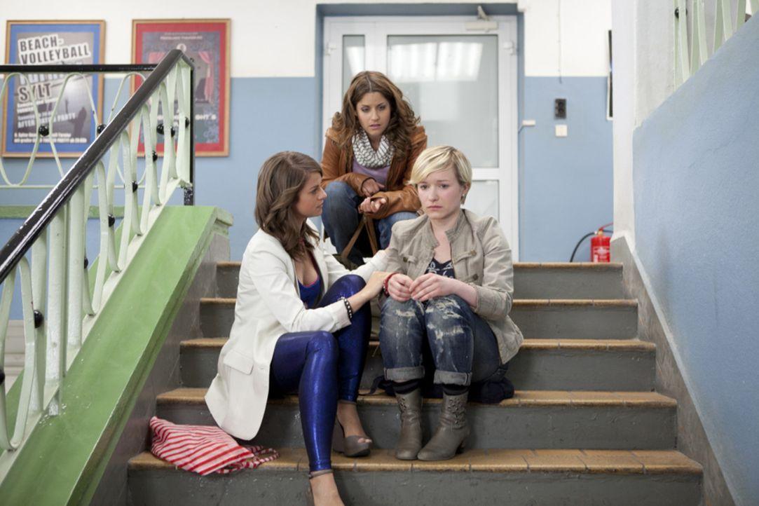 Bea (Vanessa Jung, M.) und Jenny (Lucy Scherer, l.) sind entsetzt, als sie von einem Überfall auf Emma (Kasia Borek, r.) erfahren ... - Bildquelle: SAT.1