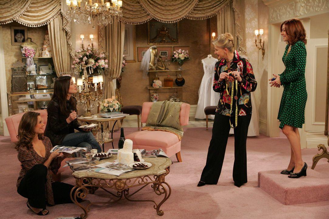 Gemeinsam mit Robin (Cobie Smulders, 2.v.l.) und Victoria (Ashley Williams, l.) sucht Lily (Alyson Hannigan, r.) ein Geschäft für Brautmoden auf. Do... - Bildquelle: 20th Century Fox International Television
