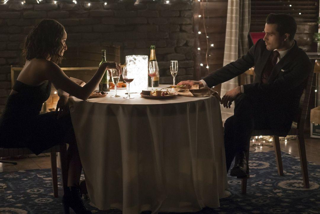 Bei seinem Versuch, Bonnies (Kat Graham, l.) Leben zu retten, bringt Enzo (Michael Malarkey, r.) sie immer wieder in Gefahr ... - Bildquelle: Warner Bros. Entertainment, Inc.