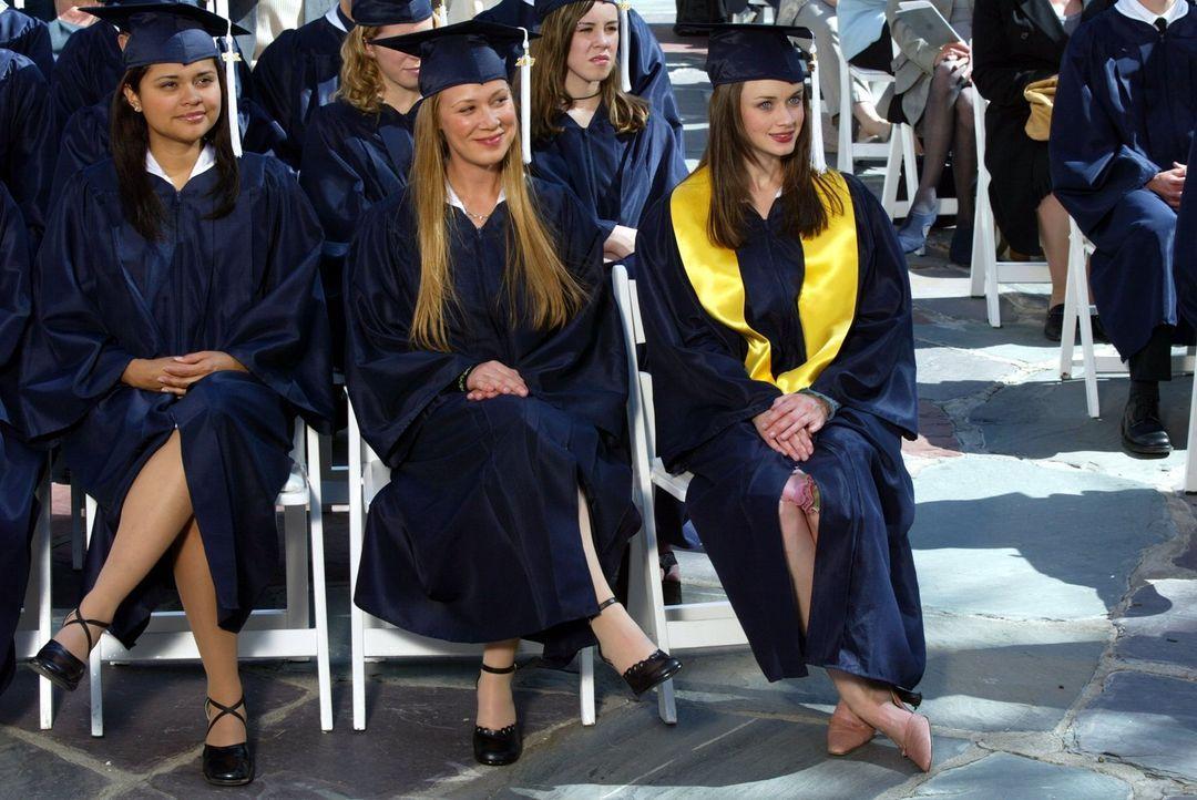 Haben den Abschluss in der Tasche und wagen die ersten Schritte in die große, weite Welt: Paris (Liza Weil, M.) und Rory (Alexis Bledel, r.) ... - Bildquelle: 2002 Warner Bros.