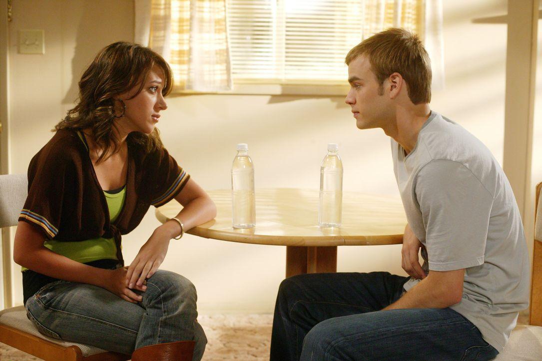 Mitten in der Nacht leidet Sandy (Haylie Duff, l.) plötzlich unter starken Schmerzen und bittet Simon (David Gallagher, r.), sie ins Krankenhaus zu... - Bildquelle: The WB Television Network