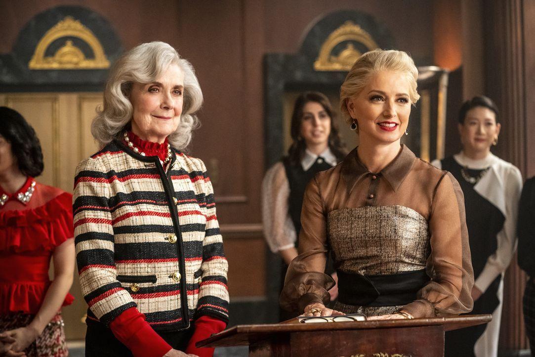 Mrs. Lacy (Mary Beth Peil, l.); Gloria Grandbilt (Katherine LaNasa, r.) - Bildquelle: K. C. Bailey 2020 The CW Network, LLC. All Rights Reserved. / K. C. Bailey