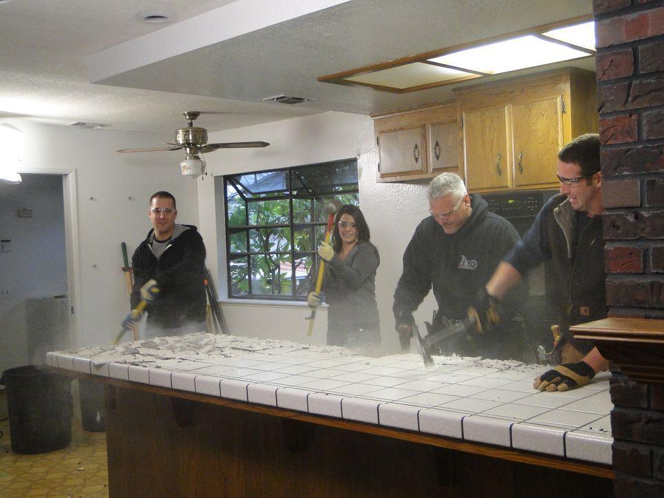 Packen gemeinsam an, um eine neue Küche zu gestalten: Steve (l.), Melissa (2.v.l.) und die Bauunternehmer John Currier (2.v.r.) und Josh Temple (r.)... - Bildquelle: 2011, DIY Network/Scripps Networks, LLC.  All Rights Reserved