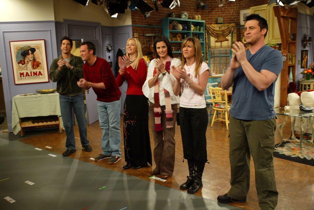 (10. Staffel) - Haben am Set immer viel Spaß: Ross (David Schwimmer, l.), Joey (Matt LeBlanc, r.), Phoebe (Lisa Kudrow, 3.v.l.), Monica (Courteney C... - Bildquelle: TM &   2005 Warner Bros. Entertainment Inc.