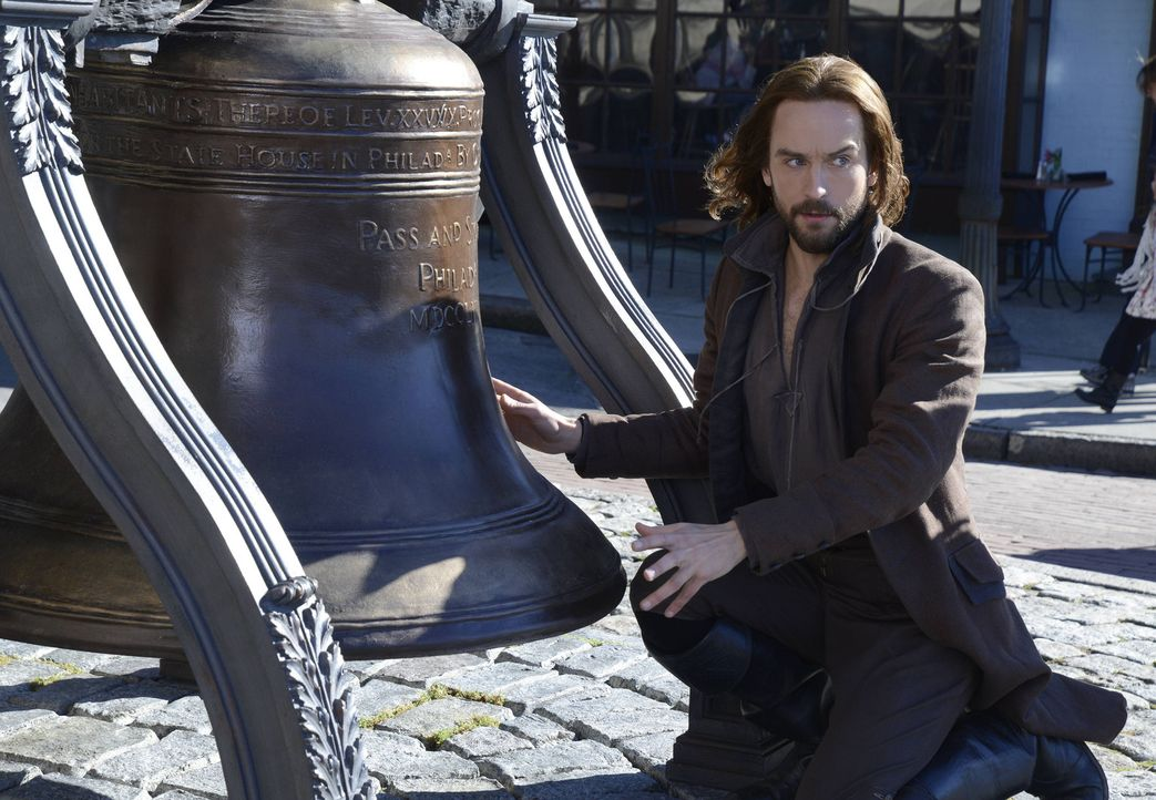 Als Ichabod (Tom Mison) in Sleepy Hollow auf die Freiheitsglocke stößt, schwant ihm Böses ... - Bildquelle: 2014 Fox and its related entities. All rights reserved