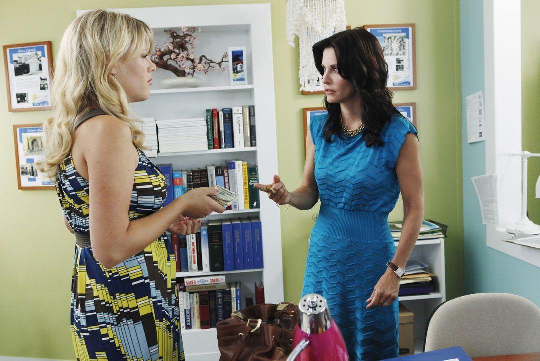 Überlegen, wie Jules am besten mit Josh Schluss machen kann: Jules (Courteney Cox, r.) und Laurie (Busy Philipps, l.) ... - Bildquelle: 2009 ABC INC.