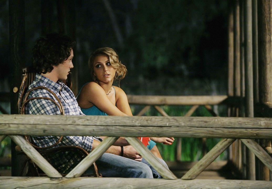Lauren (Cassie Scerbo, r.) schüttet Carter (Zachary Abel, l.) ihr Herz aus und auch er kann seine Sorgen bei ihr loswerden ... - Bildquelle: 2009 DISNEY ENTERPRISES, INC. All rights reserved. NO ARCHIVING. NO RESALE.