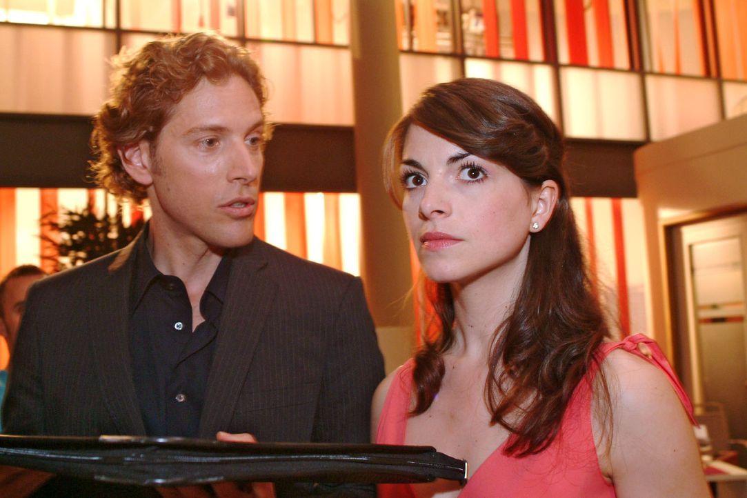 Mariella (Bianca Hein, r.) muss erkennen, dass sich Lars (Clayton M. Nemrow, l.) nicht so leicht abwimmeln lässt. - Bildquelle: Sat.1