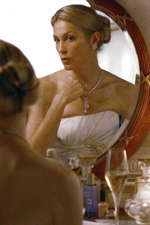 Lily (Kelly Rutherford) macht sich gerade fertig für die Hochzeit mit Bart Bass, als ein ungebetener Gast in der Tür steht ... - Bildquelle: Warner Bros. Television