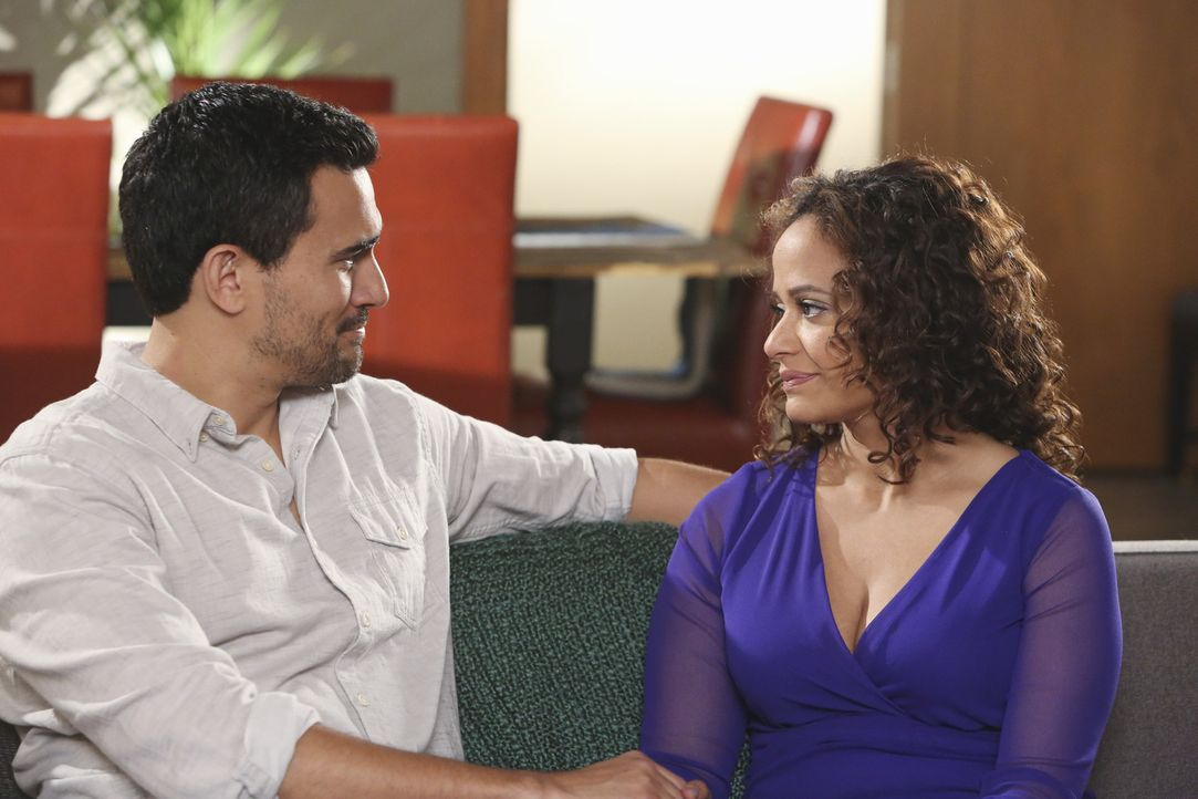 Als Zoila (Judy Reyes, r.) Javier (Ivan Hernandez, l.) zum Abendessen bei Genevieve einlädt, wird sie plötzlich ganz eifersüchtig ... - Bildquelle: 2014 ABC Studios