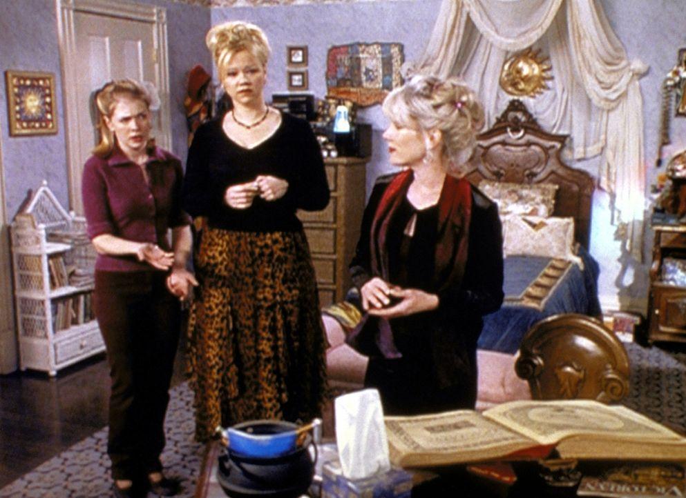 (v.l.n.r.) Sabrina (Melissa Joan Hart) und Hilda (Caroline Rhea) zaubern Willard Krafts Exfrau Lucy (Julia Duffy) aus dem anderen Reich herbei. - Bildquelle: Paramount Pictures