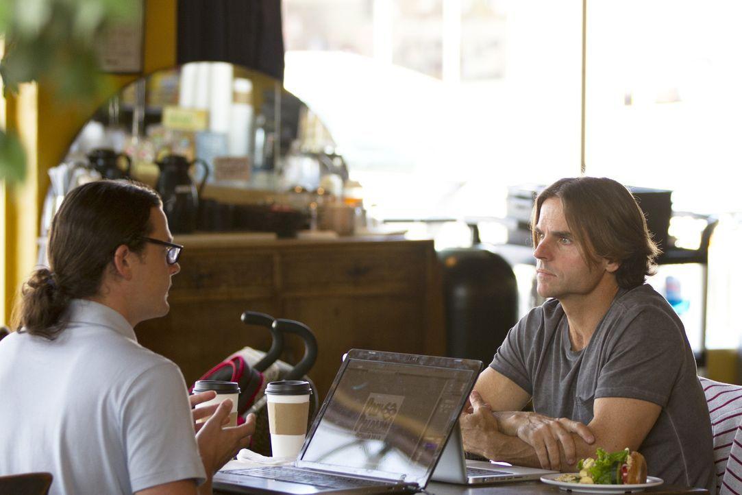 Eigentlich arbeiten Jason (l.) und Michael (r.) zusammen, doch seit kurzem datet Jason auch Kamala. Für Michael ein Grund, seinem Kollegen mal genau... - Bildquelle: Showtime Networks Inc. All rights reserved.
