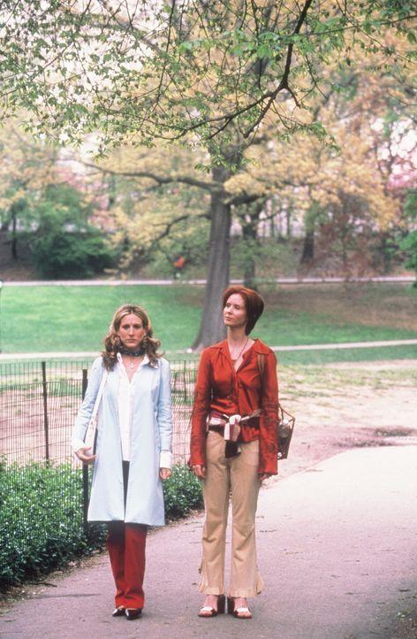 Bei einem Spaziergang berichtet Miranda (Cynthia Nixon, r.) ihrer Freundin Carrie (Sarah Jessica Parker, l.) von einer Infektion im Genitalbereich. - Bildquelle: Paramount Pictures