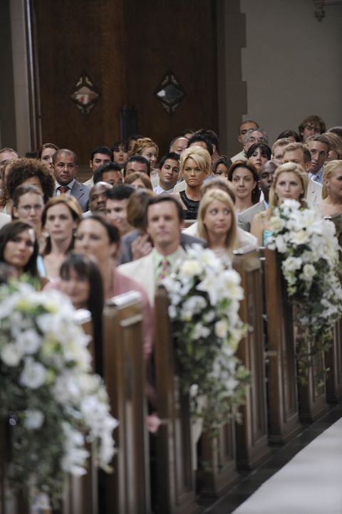 Die Hochzeitsgäste warten gespannt auf die Braut ... - Bildquelle: Warner Bros. Entertainment Inc. All Rights Reserved.