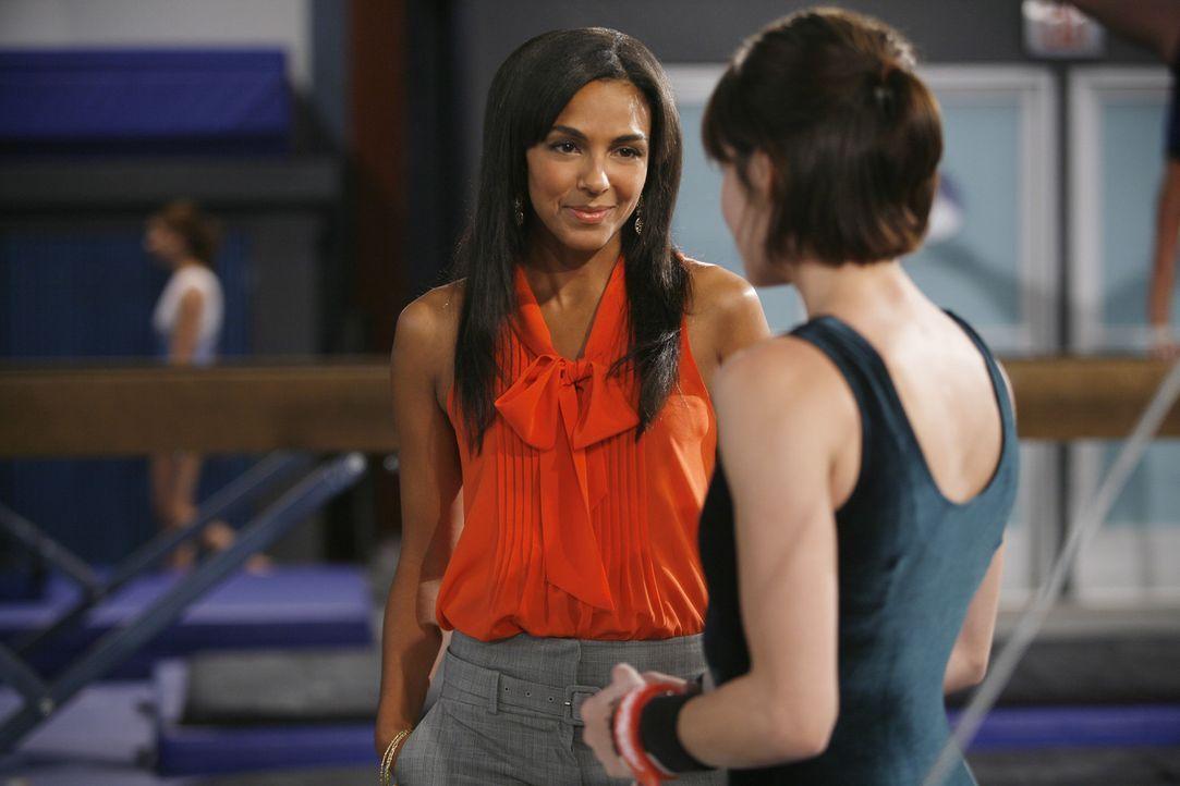 Die Sportlermanagerin M.J. (Marsha Thomason, l.) macht Emily (Chelsea Hobbs, r.) ein Angebot. Wird sie sich darauf einlassen? - Bildquelle: 2009 DISNEY ENTERPRISES, INC. All rights reserved. NO ARCHIVING. NO RESALE.