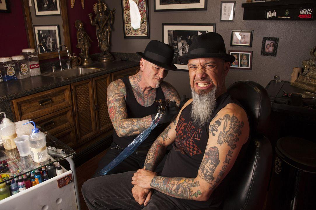 Entdecken auf dem Strip in Las Vegas mal wieder einige Tattoo-Sünden: Tätowierer Dirk Vermin (l.) und Kumpel Rob Ruckus (r.) ... - Bildquelle: Richard Knapp 2014 A+E Networks, LLC