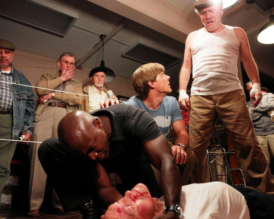 Während eines Boxkampfes hat  Wendell (George Segal, vorne r.) seinen Freund Nate (John Brandon, liegend) ins Koma geschlagen. Sam (Taye Diggs, vor... - Bildquelle: 2007 American Broadcasting Companies, Inc. All rights reserved.