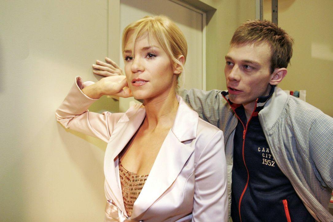 Jürgen (Oliver Bokern, r.) rät Sabrina (Nina-Friederike Gnädig, l.), endlich zu ihren Gefühlen zu stehen. - Bildquelle: Noreen Flynn SAT.1 / Noreen Flynn