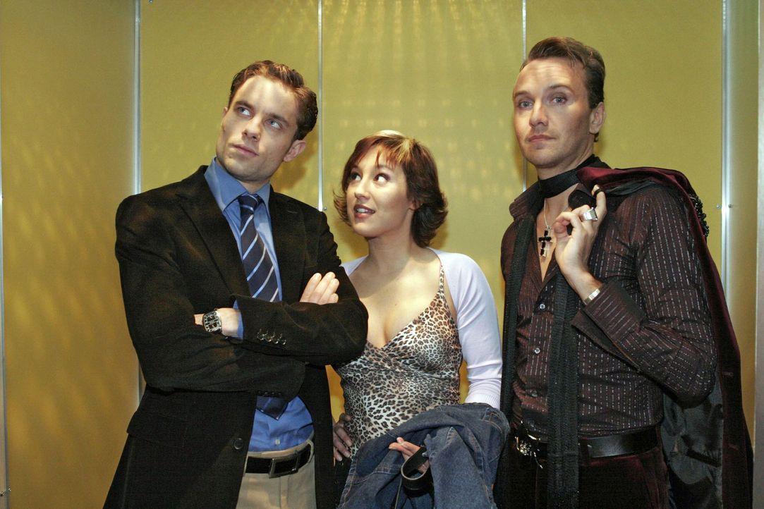 Yvonne (Bärbel Schleker, M.) lässt sich von Max (Alexander Sternberg, l.) und Hugo (Hubertus Regout, r.) nicht abschütteln, obwohl sie gerade ent... - Bildquelle: Sat.1