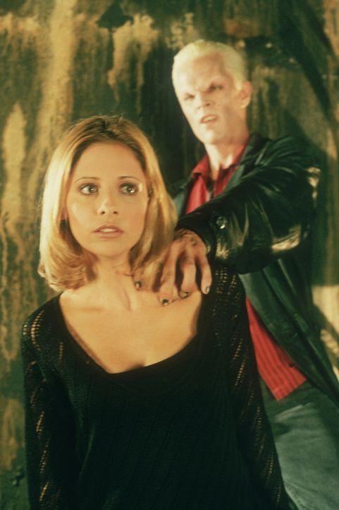 Kann Buffy (Sarah Michelle Gellar, l.) Spike (James Marsters, r.) noch entkommen? - Bildquelle: TM +   2000 Twentieth Century Fox Film Corporation. All Rights Reserved.