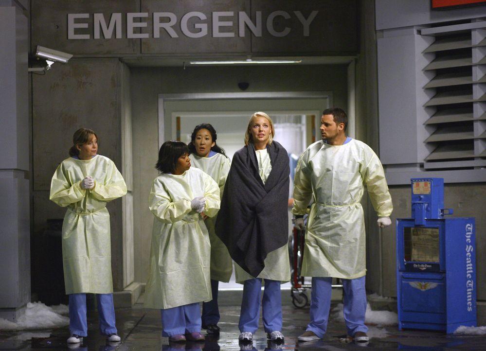 Es gibt nichts zu tun: Die Ärzte des Seattle Grace Hospitals müssen erkennen, dass die schweren Notfälle in andere Kliniken gebracht werden. Meredit... - Bildquelle: Touchstone Television