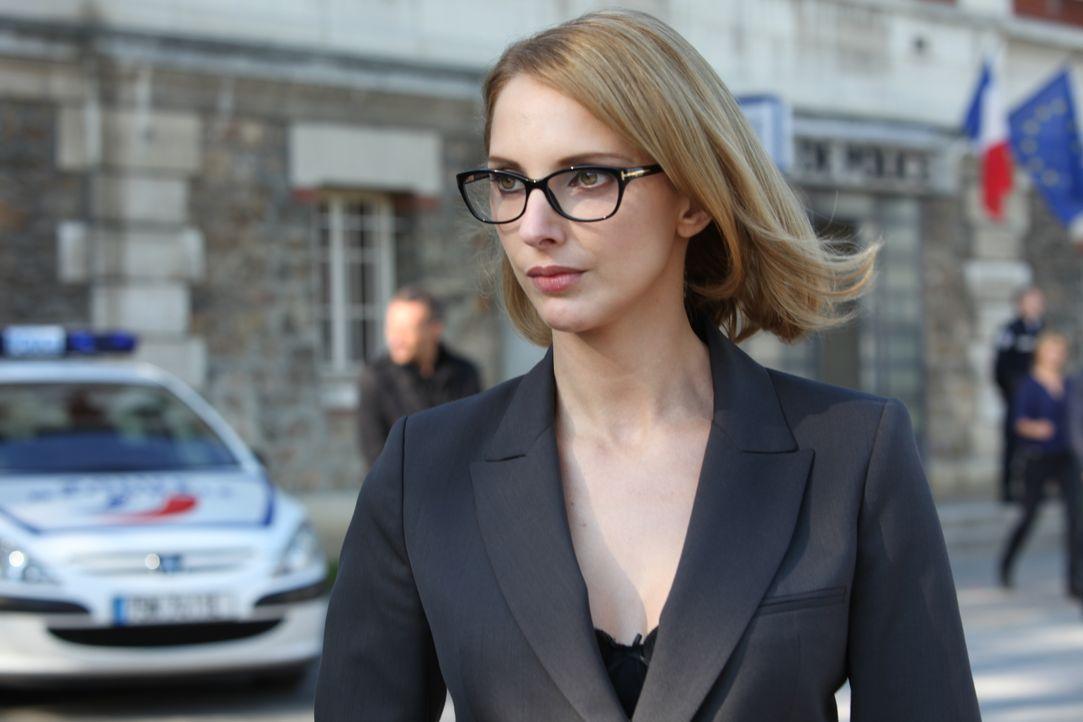 Die Anwältin Barbara Cluzel (Frédérique Bel) macht Rocher das Leben schwer ... - Bildquelle: Xavier Cantat 2011 BEAUBOURG AUDIOVISUEL / Xavier Cantat