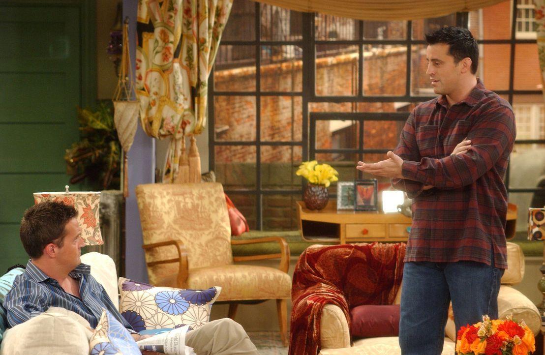 Die Dame von der Adoptionsstelle besucht Chandler (Matthew Perry, l.) und Monica und trifft dort Joey (Matt LeBLanc, r.), den sie wegen einer Bettge... - Bildquelle: 2003 Warner Brothers International Television