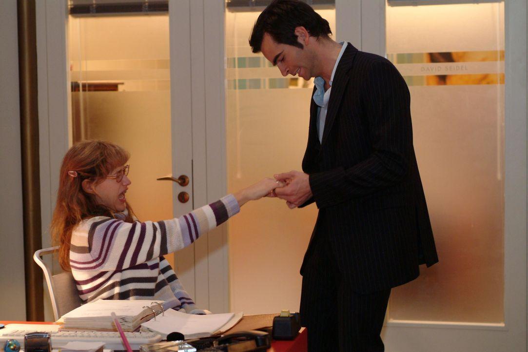 Der aufgebrachte David (Mathis Künzler, r.) versucht mit viel Kraft Lisa (Alexandra Neldel, l.) den Ring vom Finger zu ziehen. (Dieses Foto von Alex... - Bildquelle: Monika Schürle SAT.1 / Monika Schürle
