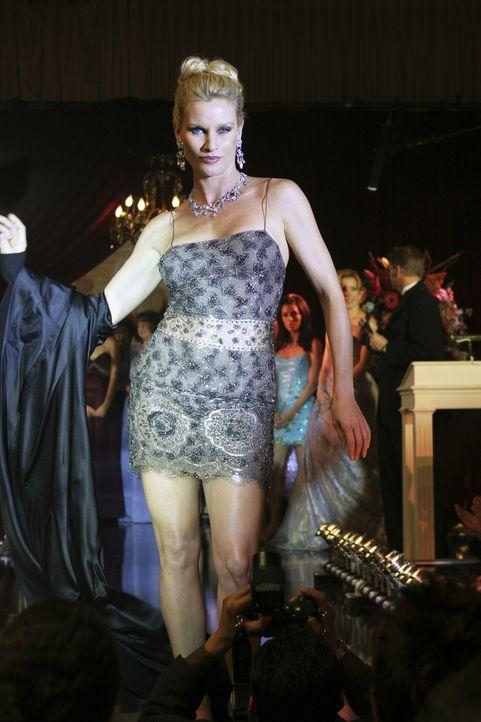 Edie (Nicolette Sheridan) präsentiert sich auf dem Laufsteg ... - Bildquelle: Touchstone Pictures