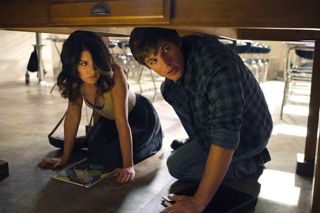 Beverly Hills wird von einem Erdbeben erschüttert: Annie (Shenae Grimes, l.) und Liam (Matt Lanter, r.) suchen Schutz unter einem Tisch ... - Bildquelle: TM &   CBS Studios Inc. All Rights Reserved