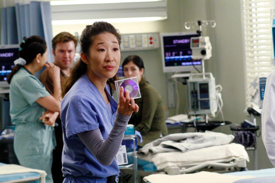 Cristina (Sandra Oh) entdeckt eine DVD, die den missglückten Fallschirmsprung von Rick Jacobs enthalten sollte ... - Bildquelle: Touchstone Television