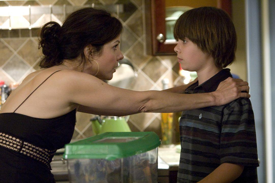 Shane (Alexander Gould, r.) ist noch immer davon überzeugt, dass sein verstorbener Vater da ist und mit ihm spricht. Nany (Mary-Louise Parker, l.)... - Bildquelle: Lions Gate Television