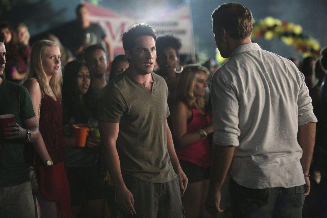 Kann Alaric (Matt Davis, r.) Tyler (Michael Trevino, l.) davon abhalten einen großen Fehler zu begehen? - Bildquelle: Warner Bros. Entertainment, Inc