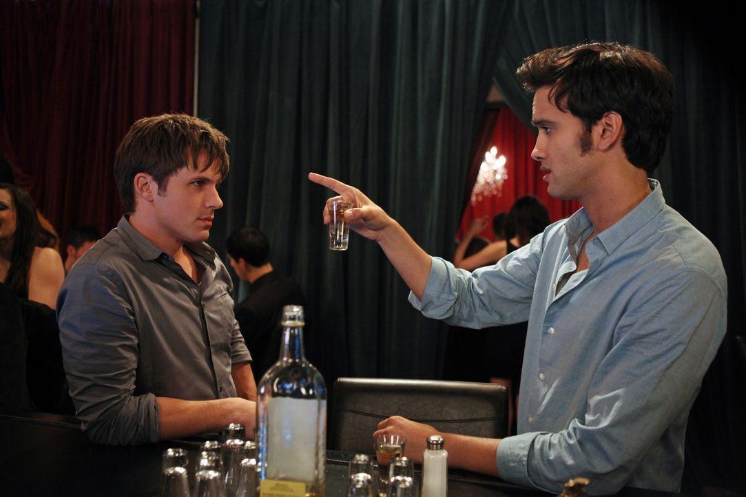 Liam (Matt Lanter, l.) und Navid (Michael Steger, r.) betrinken sich fürchterlich im Streit um Silver ... - Bildquelle: 2012 The CW Network. All Rights Reserved.