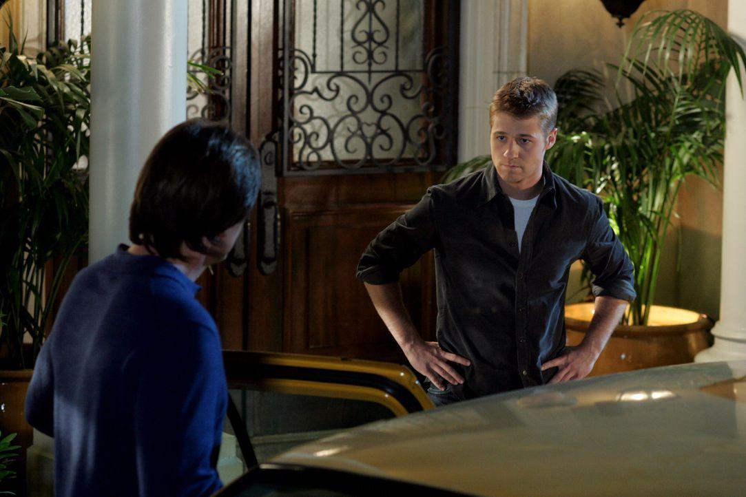 Ryan (Benjamin McKenzie, r.) ist enttäuscht von seinem Vater (Kevin Sorbo, l.), verspricht ihm jedoch mit ihm in Kontakt zu bleiben ... - Bildquelle: Warner Bros. Television