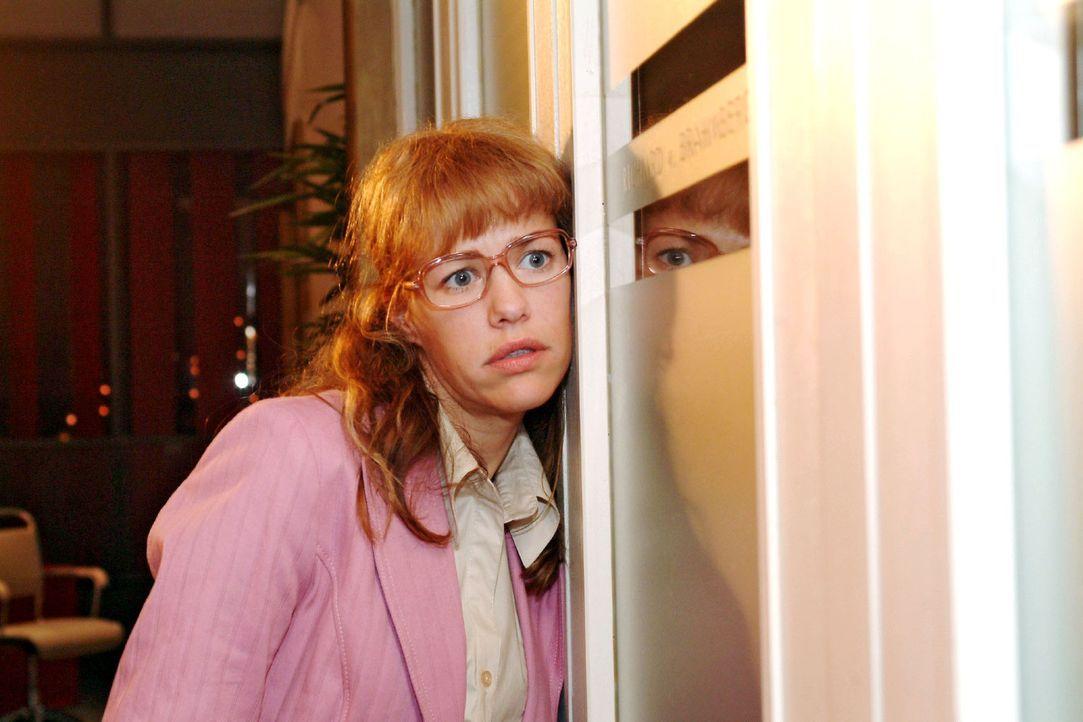 Lisa (Alexandra Neldel) traut ihren Ohren nicht, als sie Richard und Viktor belauscht ... (Dieses Foto von Alexandra Neldel darf nur in Zusammenhang... - Bildquelle: Sat.1