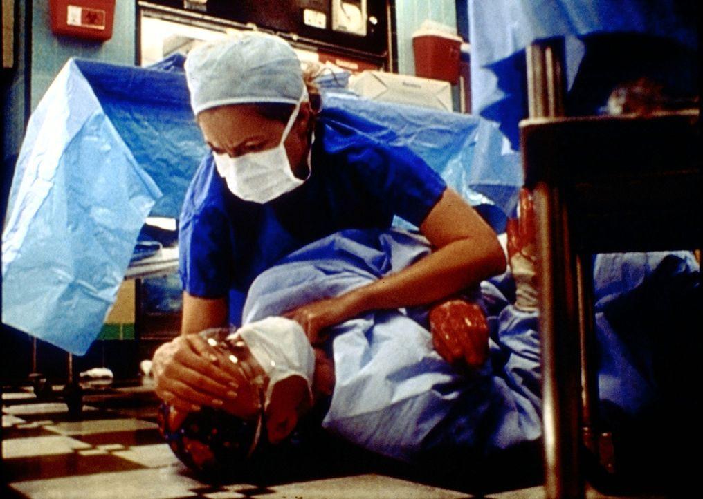 Dr. Romano (Paul McCrane, l.) bricht mitten in einer Operation zusammen. Corday (Alex Kingston, r.) ist sofort zur Stelle. - Bildquelle: TM+  2000 WARNER BROS.