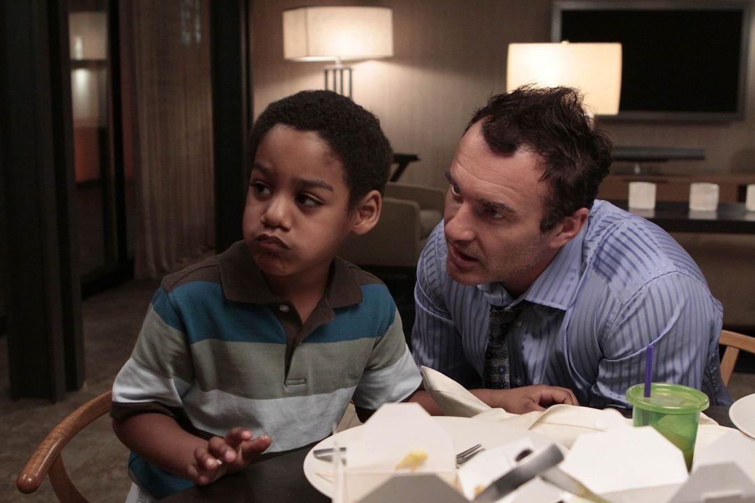 Christian (Julian McMahon, r.) ahnt noch nicht, dass Wilbur (Joshua Henry, l.) ein Geschwisterchen bekommen soll ... - Bildquelle: Warner Bros. Entertainment Inc. All Rights Reserved.