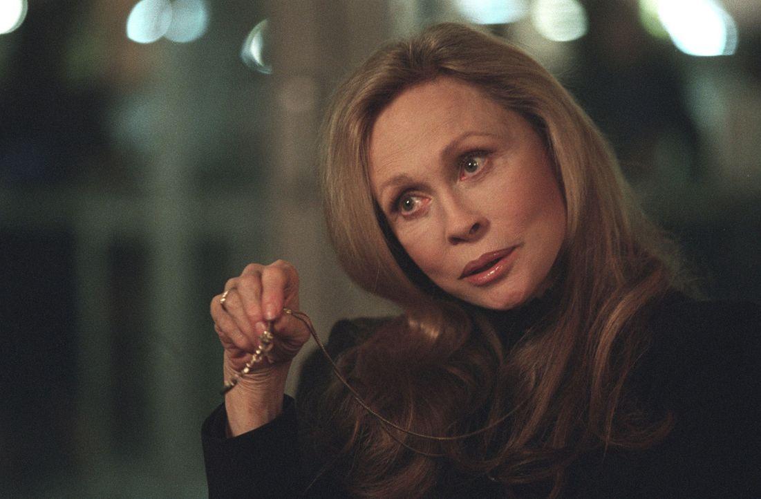 Ariana Kane (Faye Dunaway), Leiterin der Spionageabwehr der Allianz, ist bei SD-6 eingetroffen, um die Erpressungsversuche nach Emilys Tod zu unters... - Bildquelle: Touchstone Television